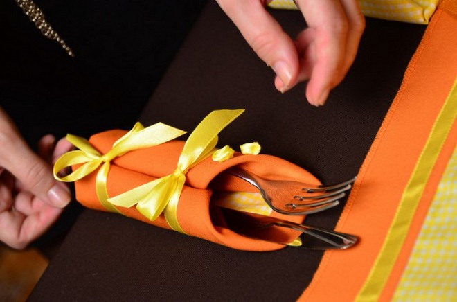 thanksgiving-table-decorations-orange-napkin-yellow-ribbons-cuttlery