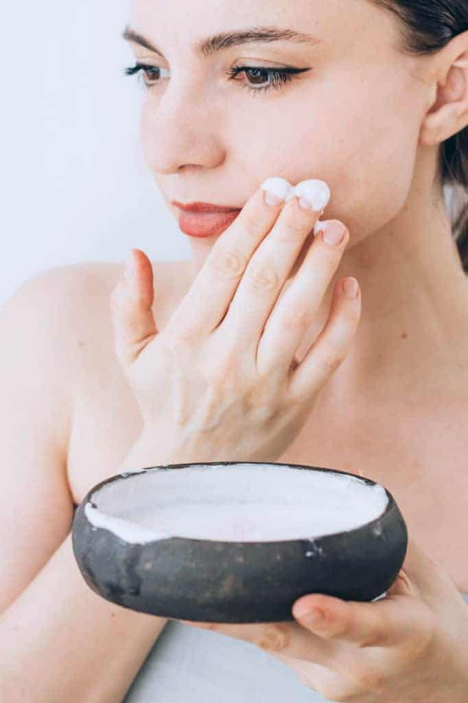 Make an easy and inexpensive at-home Moisturing Greek Yogurt Face Mask that hydrates skin naturally. Oil skin? Wrinkles? Acne? We